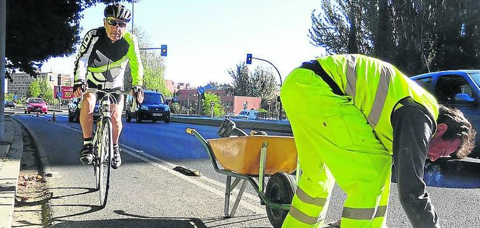 Otro centenar de balizas para proteger el carril bici de la avenida de Salamanca