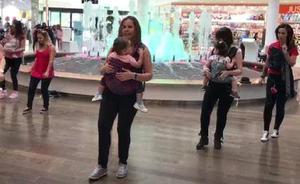 Flashmob para reivindicar la crianza de bebés en brazos en Valladolid