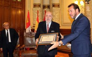 José Delfín Val recoge «abrumado» el testigo de Teófanes Egido como cronista oficial de Valladolid