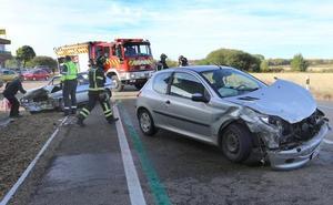 Tres heridos en una colisión entre dos turismos en la CL-615 en Villoldo