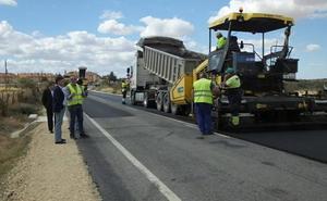 La transitada carretera entre San Cristóbal y Trescasas se despoja de la 'piel de cocodrilo'