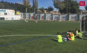 El Benjamín B del Salamanca cumple con el parón de un minuto al iniciar el partido en Guijuelo