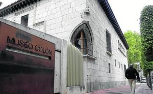 Los operarios municipales borran las tres pintadas que afeaban la Casa de Colón de Valladolid