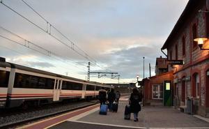 Las obras en la línea de tren entre Santander y Palencia provocan transbordos en autobús