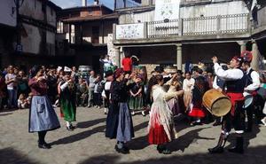 Folclore y vino comparten protagonismo con la pisada de uva al estilo tradicional