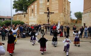 Los cofrades del Cristo de las Puertas renuevan en Rioseco una tradición de 1592