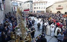 Miles de personas arropan a Santa Teresa en el día de su festividad