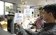 Una tienda de Valladolid vende agua a granel para concienciar sobre el uso de plásticos
