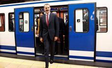 El Rey Felipe VI se sube al Metro