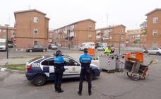 Tareas de limpieza en la barriada de Las Viudas con escolta policial