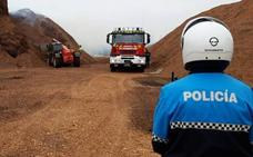 Los Bomberos de Valladolid apagan un incendio de astillas en el Vivero Forestal