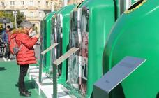 Exposición '20 añazos de reciclaje de envases de vidrio' en la Acera de Recoletos de Valladolid