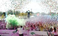 Centenares de personas participan en Salamanca en la carrera solidaria Unicaja Color Race