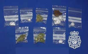 Detenido con ocho bolsitas de hachís y marihuana tras intentar escapar de la Policía Nacional