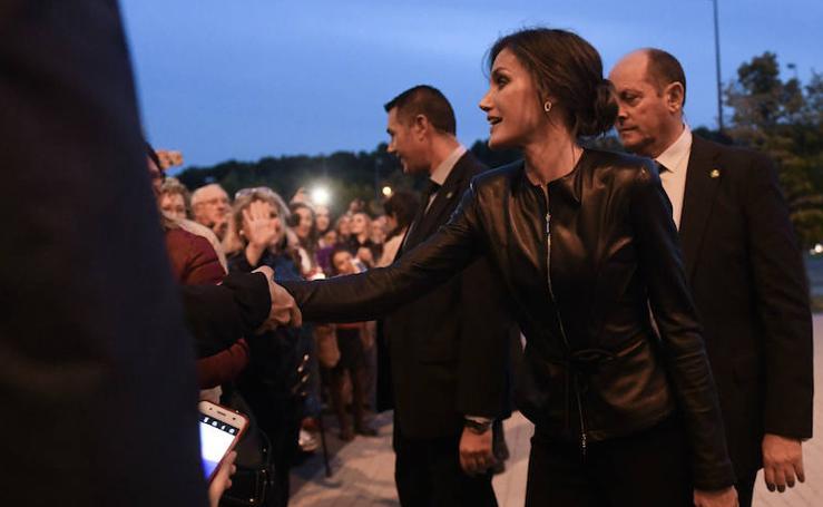 Cientos de vallisoletanos reciben a doña Letizia