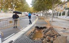 Una fuga en una tubería en la calle Padre Llanos, en Parquesol, deja sin agua a los vecinos de la zona