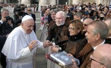 El Papa Francisco recibe la capa alistana de Zamora