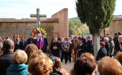 El cardenal Carlos Amigo reza el responso en el cementerio de Rioseco