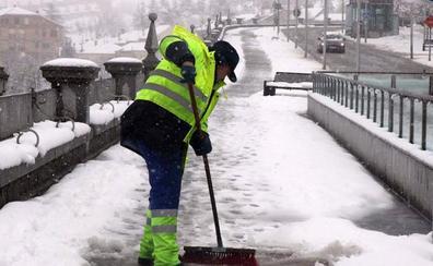 El Ayuntamiento prepara 350 toneladas de sal tras la nevada que colapsó Segovia en enero