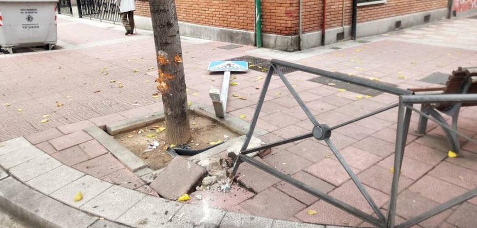 Un conductor derriba una señal y una valla en la calle Soto y se da a la fuga