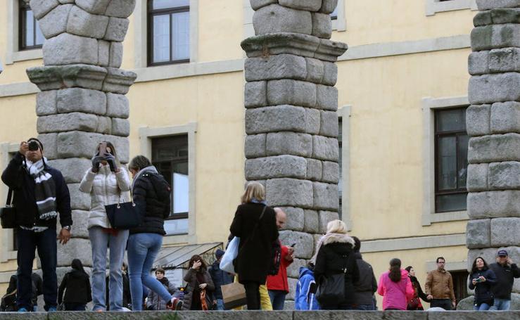 Los turistas abarrotan Segovia en el puente de Todos los Santos (2)