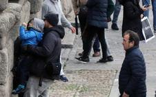 Algunos turistas vuelven a desafiar la prohibición de escalar los sillares del Acueducto