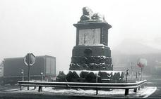 La nieve complica el tráfico en las carreteras de la sierra