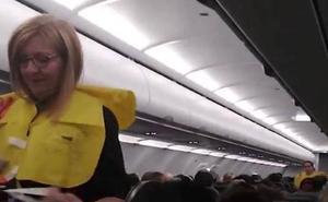 Un asistente de vuelo explica las instrucciones de seguridad con un divertido mensaje
