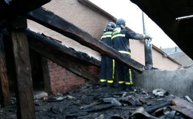 Los bomberos de la Diputación sofocan un incendio en Aldea de San Miguel