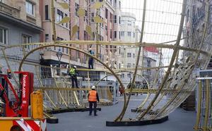 Montan una gran bola de Navidad de doce metros de altura en la calle Santiago de Valladolid