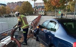 Un conductor se da a la fuga tras chocar contra una valla de protección en Parquesol