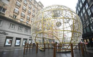 Así es la gran bola de Navidad instalada en la calle Santiago de Valladolid