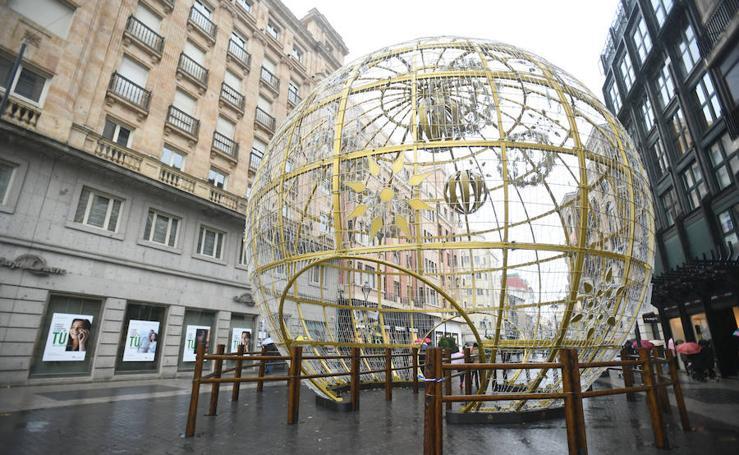 La gran bola de Navidad ya está instalada en Valladolid