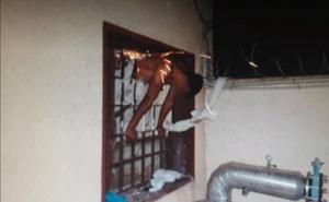 Un preso se queda atascado entre unos barrotes al intentar escapar de una cárcel de Almería
