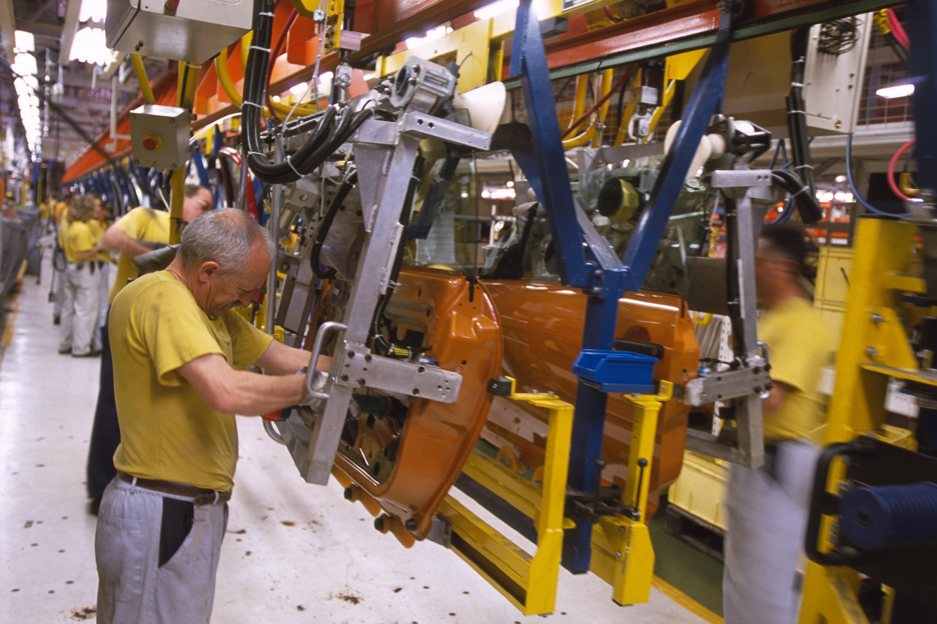 El sector automovilístico tacha de «excesiva» la restricción y augura un fuerte impacto en la industria