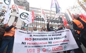 Trabajadores de Defensa se concentran para reclamar que la Residencia Santiago siga siendo pública