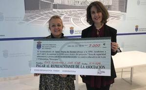 El Santa Marta entrega 2.000 euros a Ayudemos a un@ niñ@