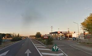 Un ladrón atraviesa la autovía A-62 cargando una máquina de tabaco sustraída en Villamarciel