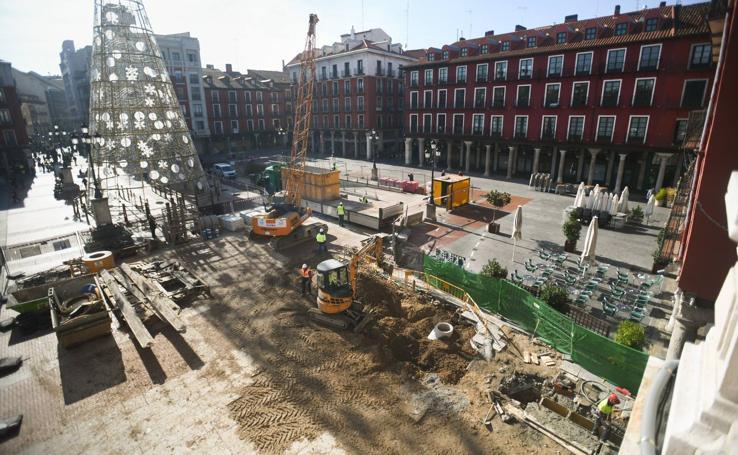 Las máquinas trabajan en la obra del aparcamiento de la Plaza Mayor de Valladolid