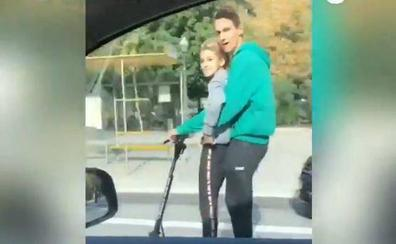 Un taxista graba en Barcelona a dos jóvenes circulando en patinete eléctrico a 80 kilómetros por hora