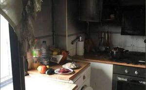 Los bomberos sofocan el incendio de una cocina en una vivienda de Medina de Rioseco