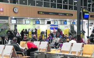 200 viajeros se quedan en tierra en Villanubla por el retraso en un vuelo