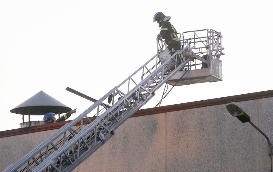 Los bomberos sofocan un incendio en una fábrica de pan de Venta de Baños