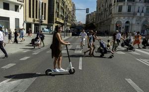 El Ayuntamiento de Valladolid recuerda que los patinetes solo pueden ir por las aceras autorizadas
