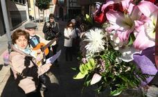 Ofrenda floral ante el monolito dedicado a Segundo Montes y Martín Baró