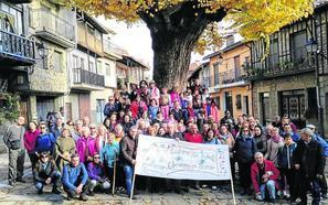 Un centenar de personas recorre Herguijuela de la Sierra con 'En tu pueblo y en el mío'