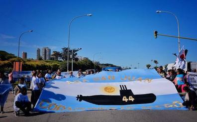 Los familiares de las víctimas del submarino argentino se manifiestan para que lo refloten