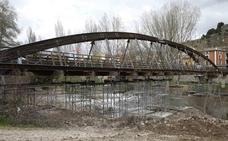 La CHD retira la pasarela de madera sobre el río Duratón, en Peñafiel, ante el riesgo para las personas