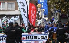 Funcionarios de prisiones se manifiestan en la XXX Cumbre Hispano-Lusa que se celebra en Valladolid