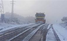 La nieve hace su aparición y afecta a 14 carreteras en Ávila